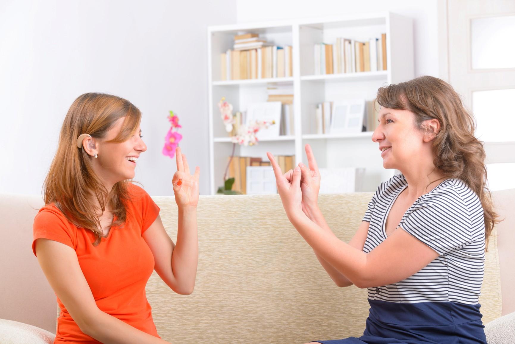 twee vrouwen die met elkaar praten via gebarentaal